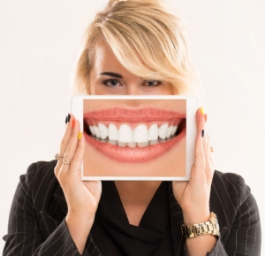 Clínica Reyes de Navarra - Blog - Carillas dentales - Mujer rubia con carillas dentales